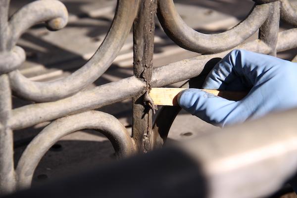 亀裂部分にパテを埋め込み、手作業で成形していきます。